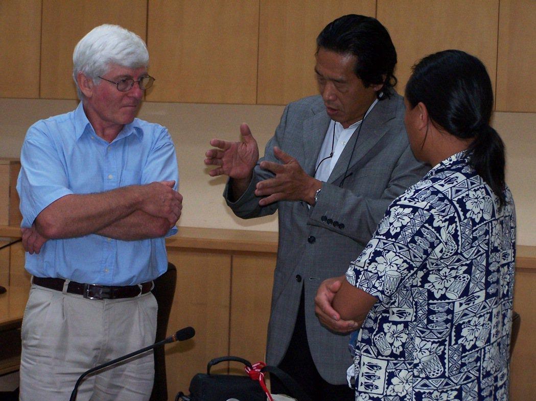彼德‧貝爾伍德(左)提出他至巴丹島等地考古發現,說明全球南島語族系民族源自台灣;...