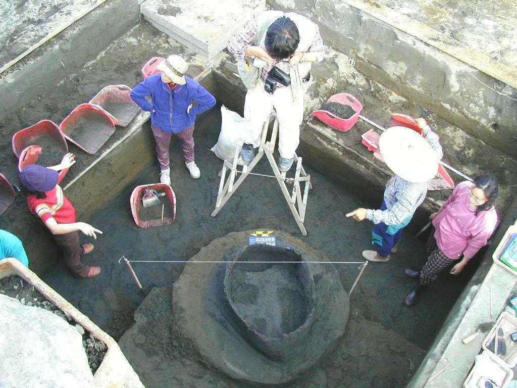 2000年宜蘭縣礁溪鄉大竹圍遺址搶挖坑穴中,發現罕見木結構物,研判有可能是以錛、...