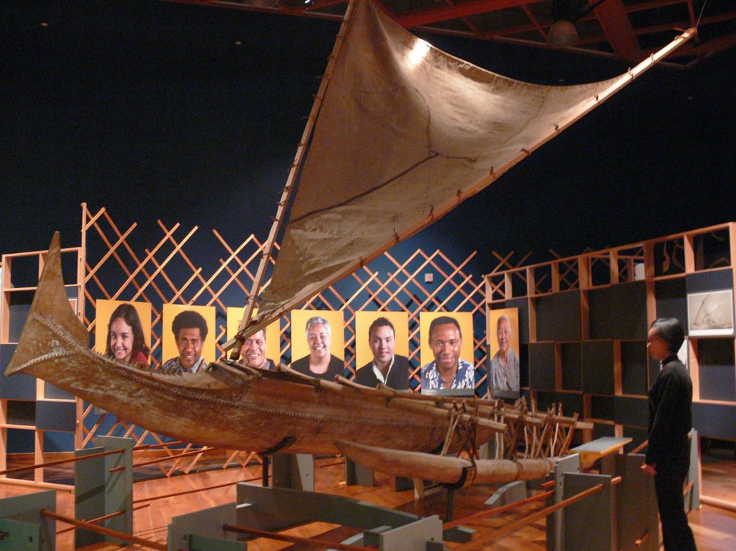 索羅門群島釣鰹魚的船,以輕、快和優雅著名;特展中有各式臉孔海報,是南島語系祖先在...