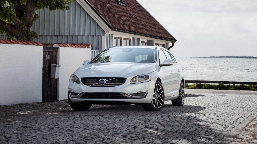 國際富豪汽車推出V60運動旅行車以現金價143萬起即可入主,並針對T4、D3、D4動力再享9.9萬超低頭款與60期超低月付2.2萬起等價值超過20萬的多重禮遇。 圖/國際富豪汽車提供
