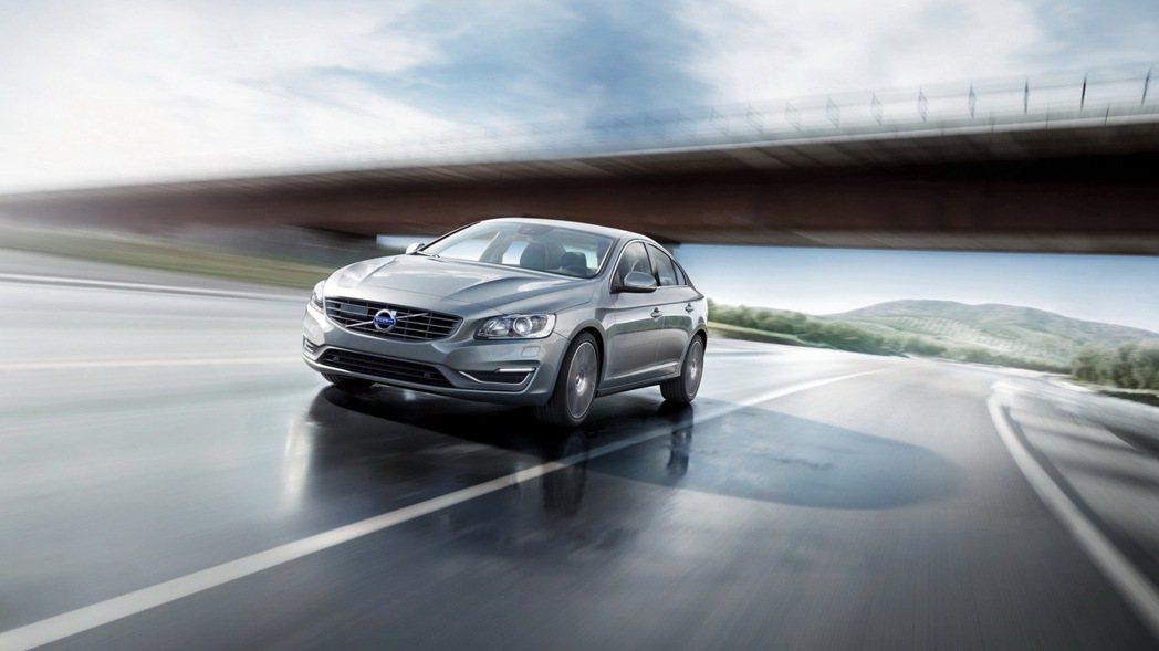 針對S60四門轎跑車型推出現金價149萬起即可入主,享9.9萬超低頭款與60期超...