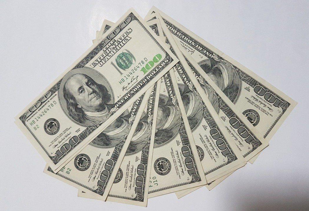 國泰世華、玉山及中國信託等銀行發現,客戶最常來換美元。 記者孫中英/攝影