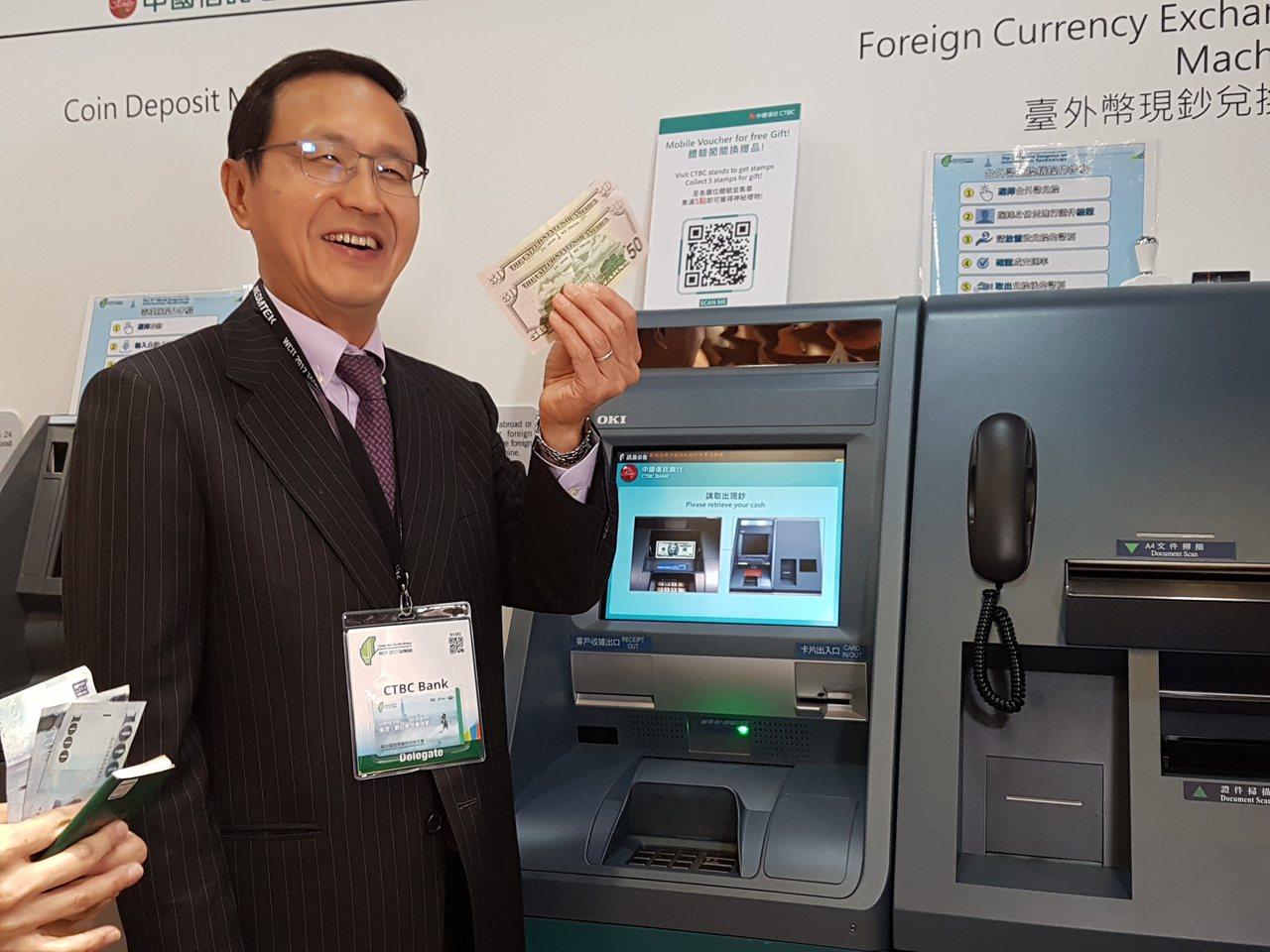 中國信託商銀總經理陳佳文使用台外幣提款機,換到美元 。 記者孫中英/攝影