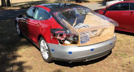 這位Tesla車主超厲害 拿木板修自己的Model S
