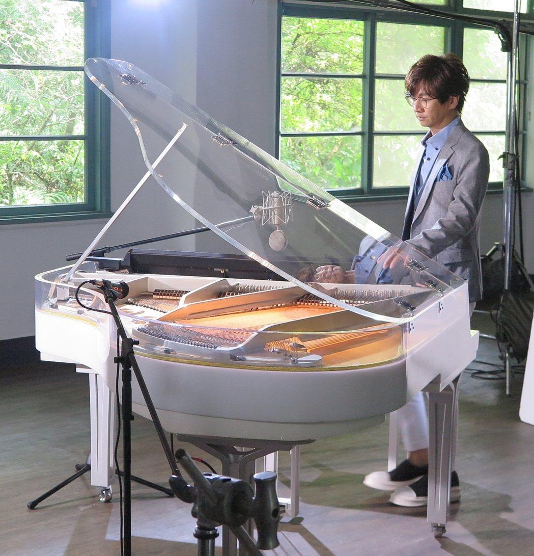林隆璇駕百萬鋼琴拍攝「羽化」MV。圖/青田音樂文化提供