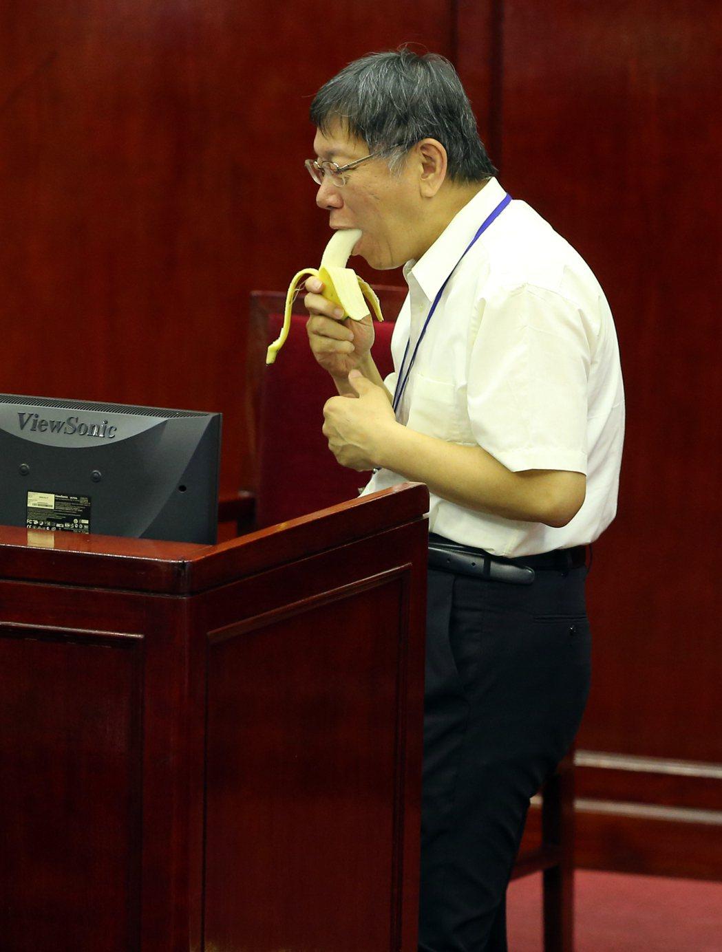 柯文哲赴議會專案報告 議員拿香蕉諷刺