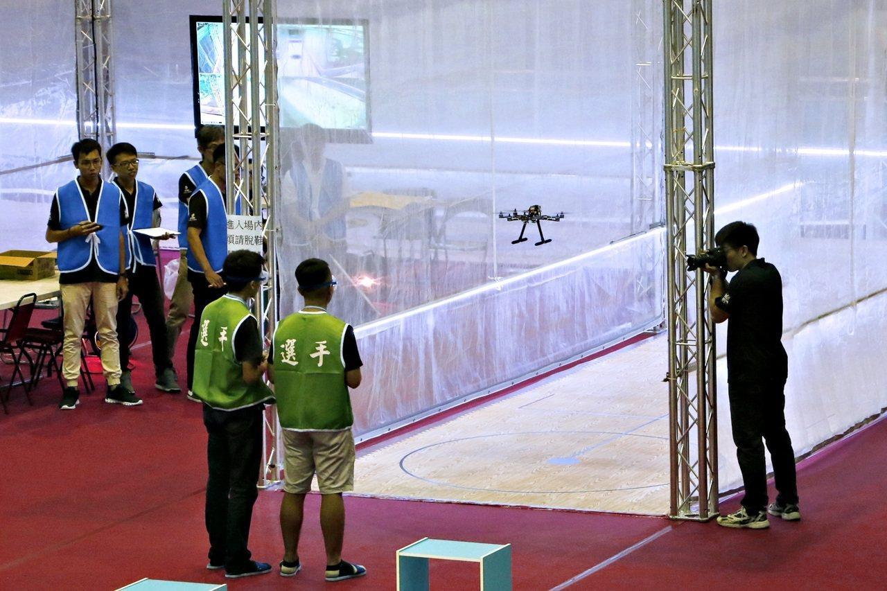 在虎尾科大舉辦的全國機器人大賽,今年增加飛行組比賽項目,讓賽程更精彩。圖/虎尾科...
