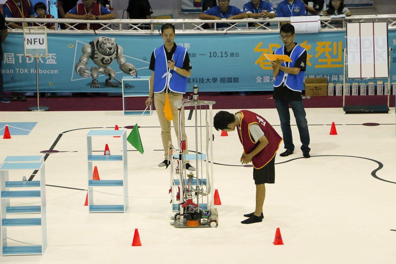 全國機器人大賽在雲林虎科大展開,由於今年比賽的獎金加倍且可出國比賽,不僅參賽隊伍...
