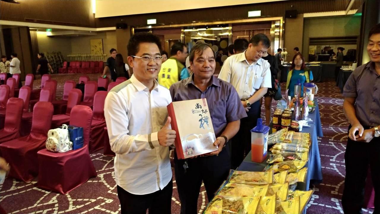 台東縣長黃健庭(左)大力促銷成功鎮農產品。記者潘俊偉/攝影