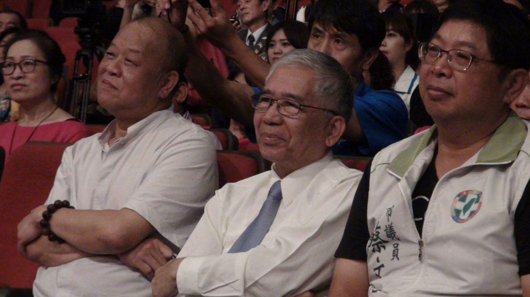 嘉義縣議會議長張明達(左一)認購200張「鐵獅亮光慈善晚會」。記者王慧瑛/攝影