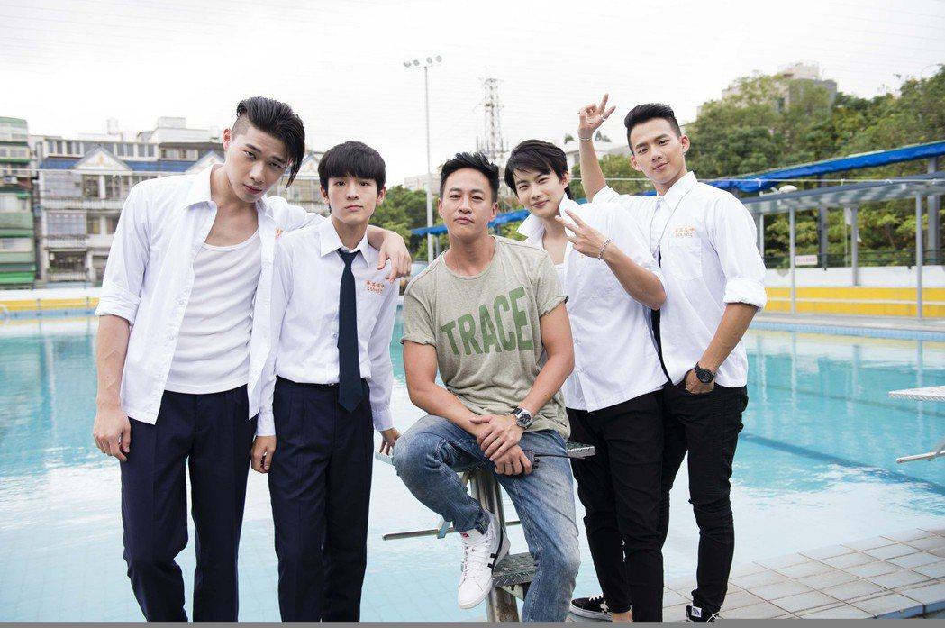何潤東(中)擔任導演,帶領宋緯恩(左起)、張豐豪、張庭瑚、吳念軒等年輕演員飆戲。