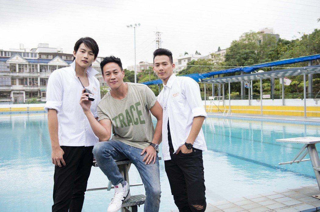 張庭瑚(左起)、何潤東、吳念軒拍攝「翻牆的記憶」。圖/TVBS提供