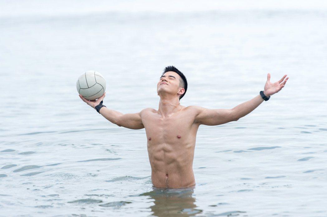 JR紀言愷拍攝「真情之家」飾演陽光男孩,劇組特別設計他從海水中帥氣冒出。圖/三立...