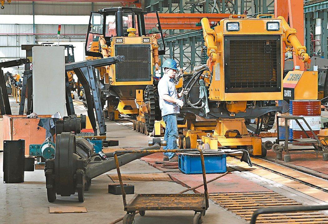 大陸9月PPI年增6.9%高於預期。圖為廈工重型機器公司工人在生產線上作業。 (...