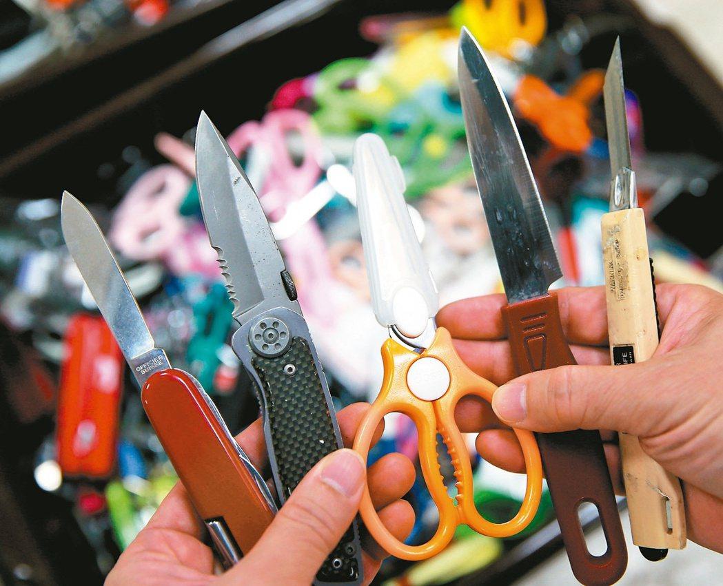 航空警察局查獲搭機旅客攜帶危安或危險物品數量,以刀剪工具為最大宗。 記者陳嘉寧/...