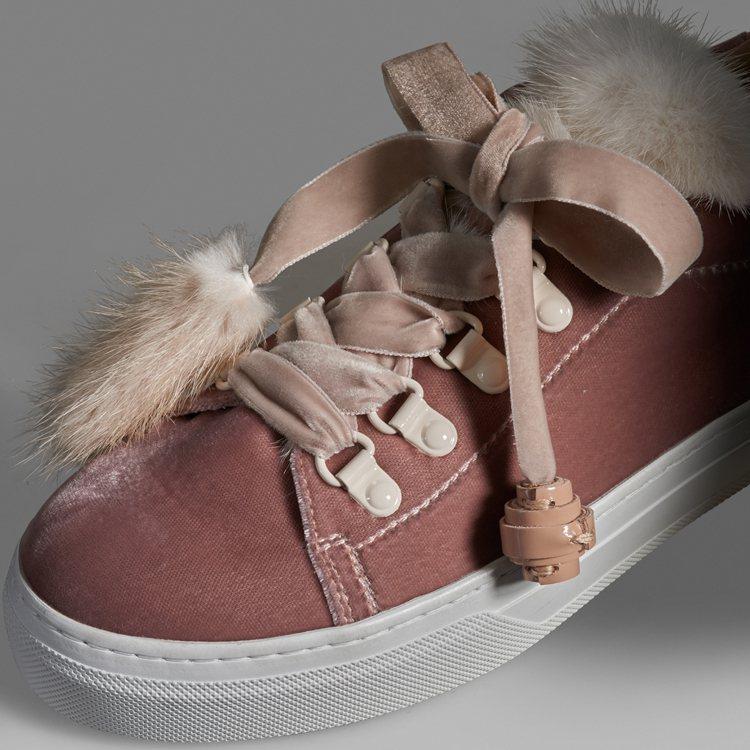 TOD'S毛球裝飾繫帶休閒鞋以柔軟貂毛點綴於鞋舌與鞋帶處,帶來獨一無二的冬日情懷...