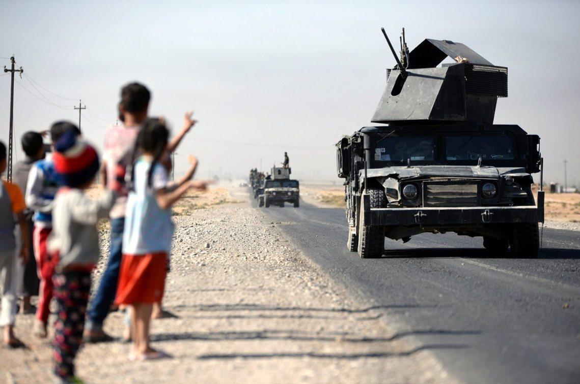 正當成千上萬的庫德市民逃出吉爾庫克之際,城內的阿拉伯、土庫曼居民,卻是熱烈歡迎伊...