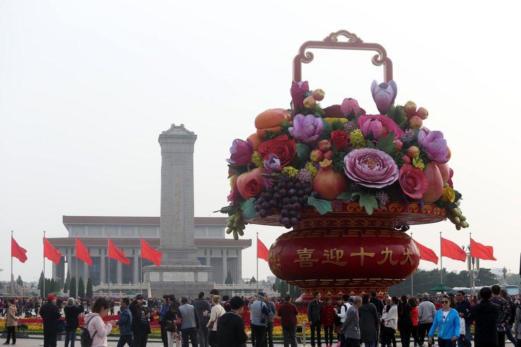 中共19大專題中共19大即將在18日召開,北京市出現各式宣傳文宣,天安門廣場上設...