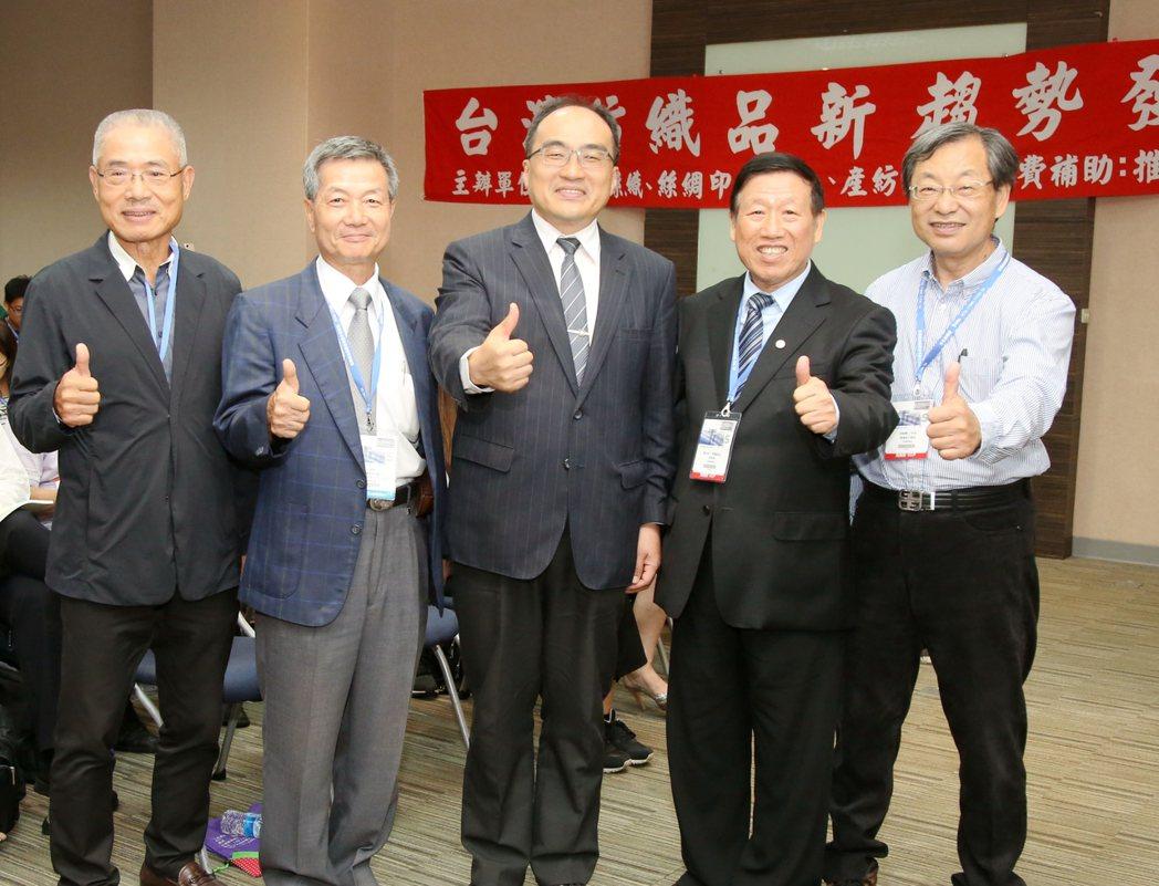 台灣紡織品新趨勢發表會熱鬧登場,來賓爆滿,逾600人報名參加,主辦單位絲織公會名...