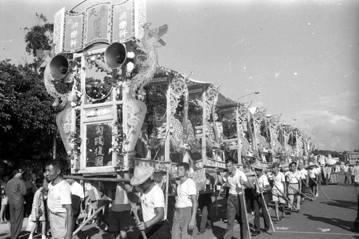 在臺灣漫長的戒嚴過程中,軒社的憨子弟在政府壓迫中爭取生存空間,也在國家慶典、總統華誕、國喪、迎接外賓等場合表現效忠國家的情景。 圖/取自稻江共樂軒