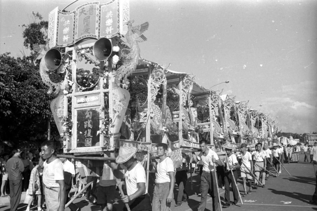在臺灣漫長的戒嚴過程中,軒社的憨子弟在政府壓迫中爭取生存空間,也在國家慶典、總統...