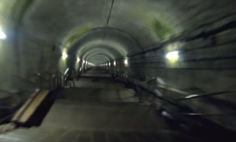 要前往群馬縣上越線土合站的月台搭車得需經過462個階梯,杳無人煙加上燈光昏暗讓不...