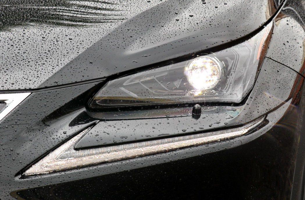 相較於高階版本的三眼式頭燈,NX200則搭載單一LED頭燈。 記者陳威任/攝影
