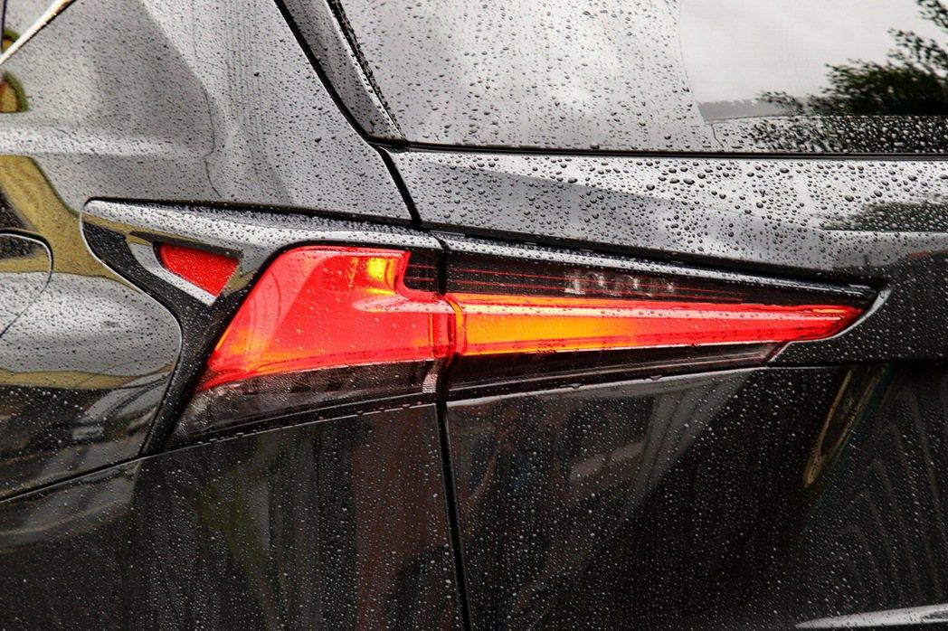 L-shaped造型尾燈變得更立體也更加延伸。 記者陳威任/攝影