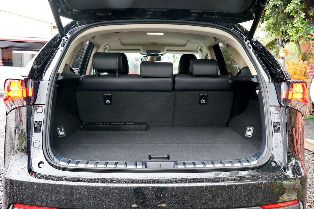 NX的後行李廂空間表現稱職。 記者陳威任/攝影