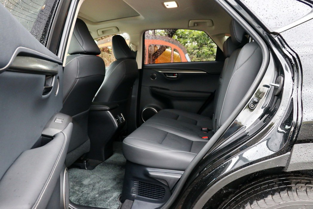 後座椅空間符合休旅車期待,並有後座冷氣出風口。 記者陳威任/攝影