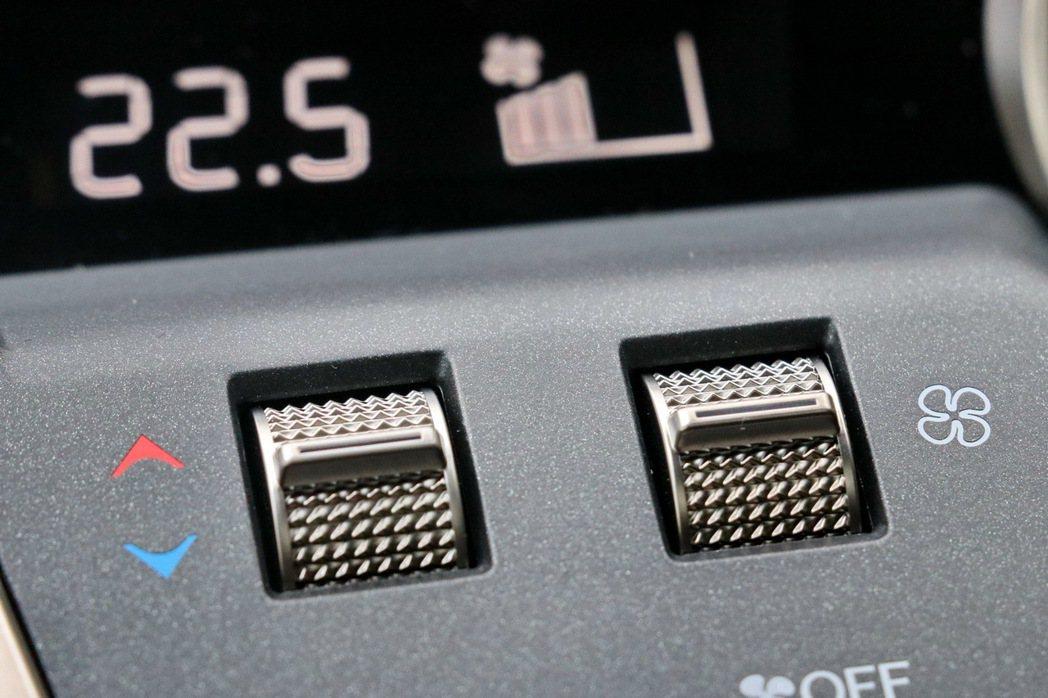 冷氣溫度控制鍵的設計,看得出LEXUS的工匠精神。 記者陳威任/攝影