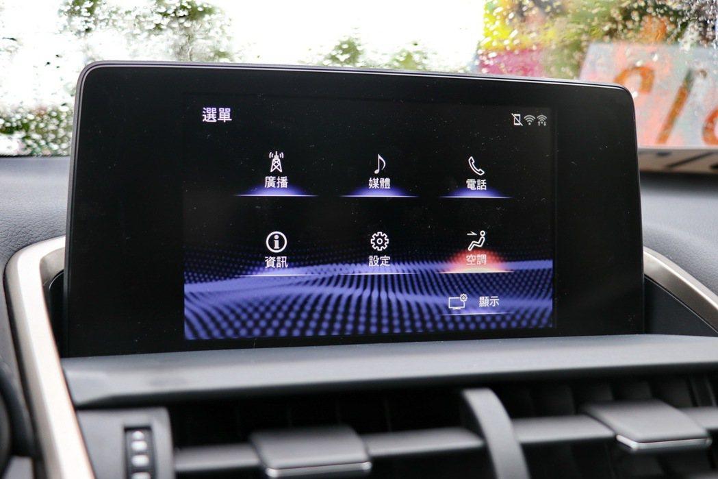 8吋多功能資訊整合系統,除了畫質提升外,並使用繁體中文。 記者陳威任/攝影