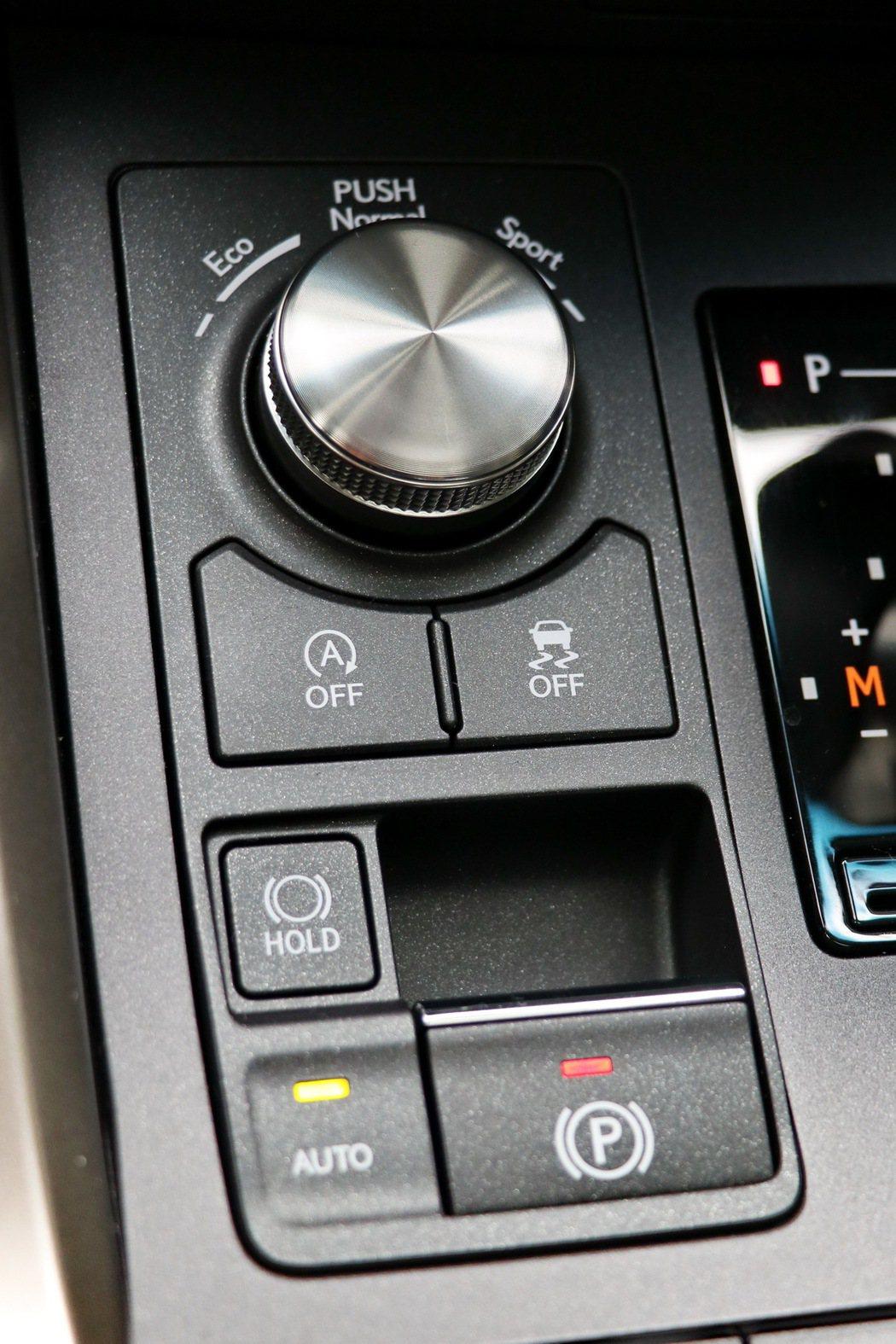 中控台提供包括駕馭模式調整旋鈕、電子手煞車及AUTOHOLD等功能。 記者陳威任/攝影