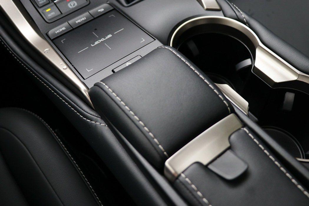 中控台下方Remote Touch資訊整合操作介面的觸控板不僅面積加大,更提升了使用的就手性。 記者陳威任/攝影