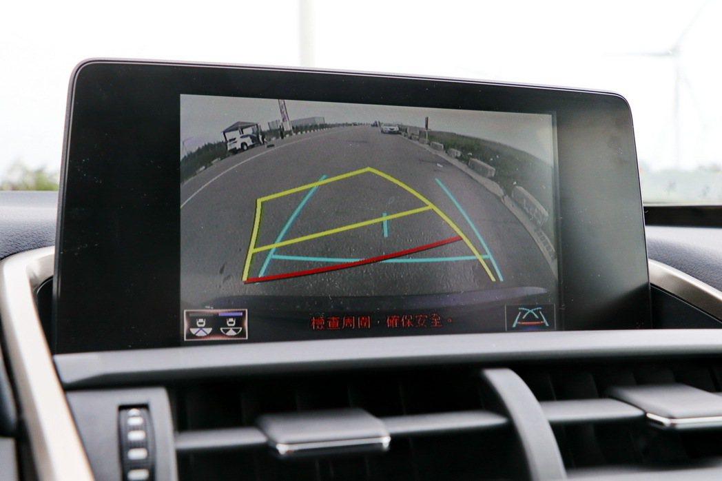 8吋螢幕配備倒車顯影功能。 記者陳威任/攝影