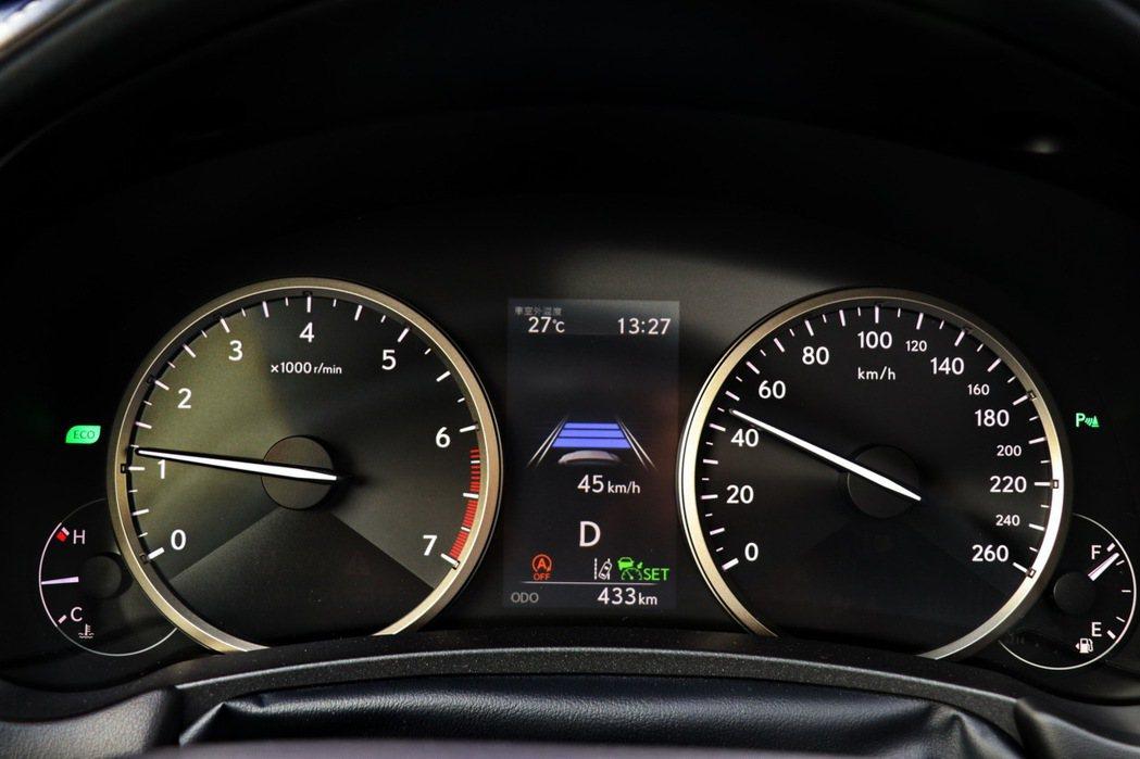 開啟DRCC雷達感應式車距維持定速系統。 記者陳威任/攝影