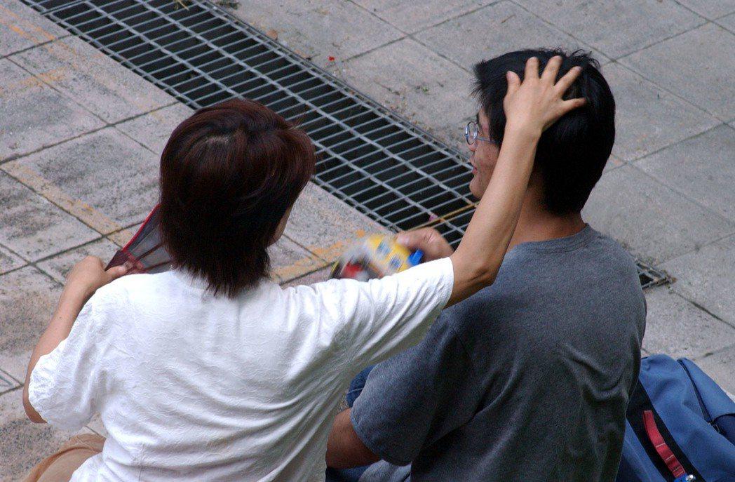 (示意圖)泰國人認為肩膀以上很尊貴,對成年人摸頭、勾肩搭背,就是侵犯,在泰國會挨...