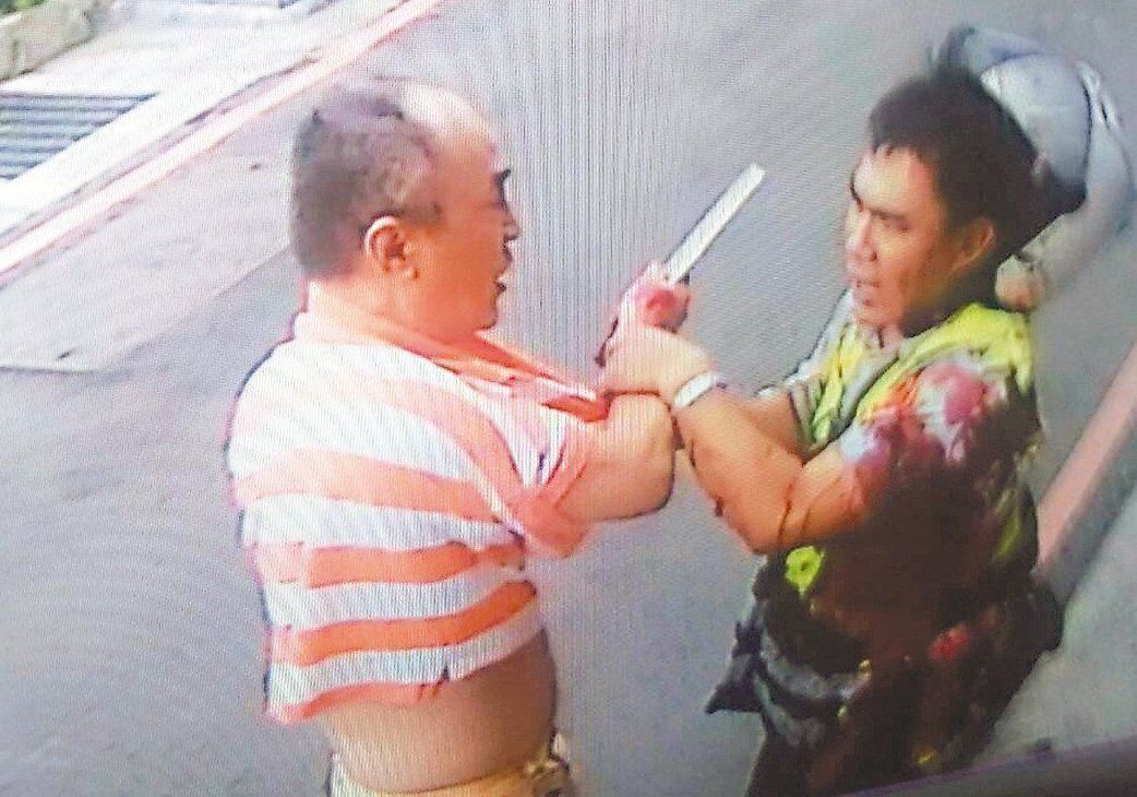 新北市板橋區鐵板燒廚師吳志展(左),去年8月不滿被海山分局警員張家逢(右)連開6...