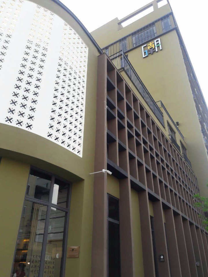 """飯店外觀仍保留了部份""""洞洞磚""""的外貌,呈現這棟建築物的歷史軌跡。"""