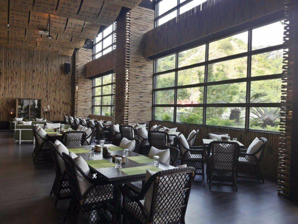 咖啡廳的天花板掛滿一幅幅的書法布縵,搭配孟宗竹牆面,文化味十足!