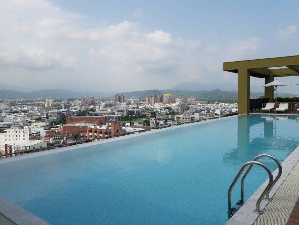 無邊際泳池湛藍如畫,讓給人出國般的渡假享受。