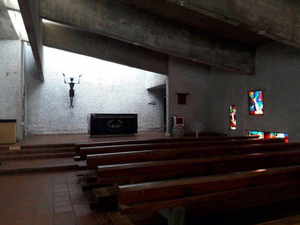 教堂內的自然光影令人讚嘆!