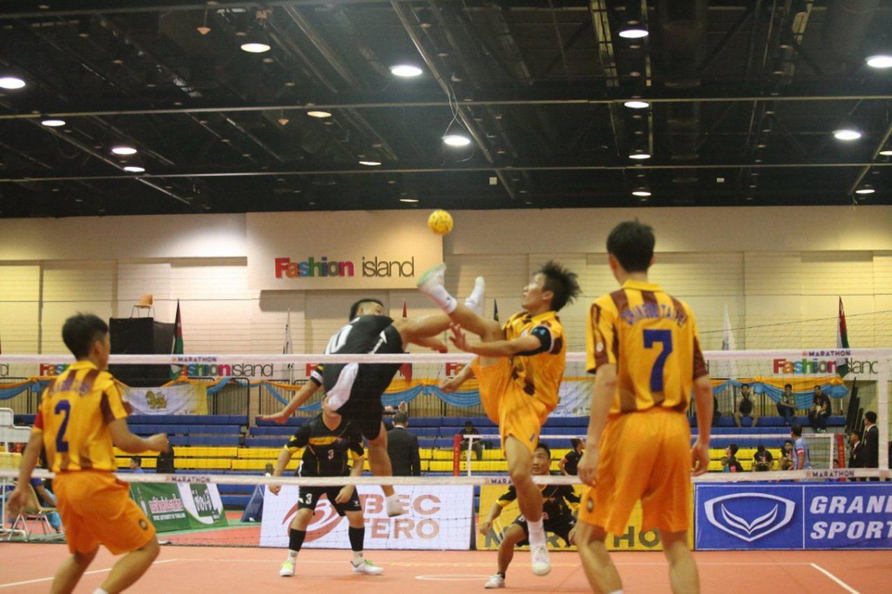 藤球比賽中選手不得用手觸球,只能用腳、頭、肩膀和腿控球,為了使球保持在空中飛行,...
