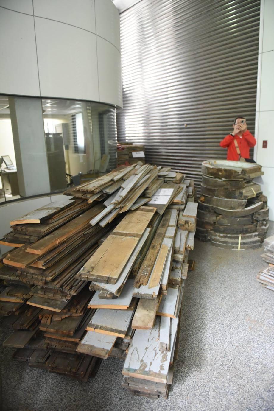 文史工作者蕭文杰在臉書張貼多張照片,表示這批老原件有部分毀損,但看起來很多料完整...