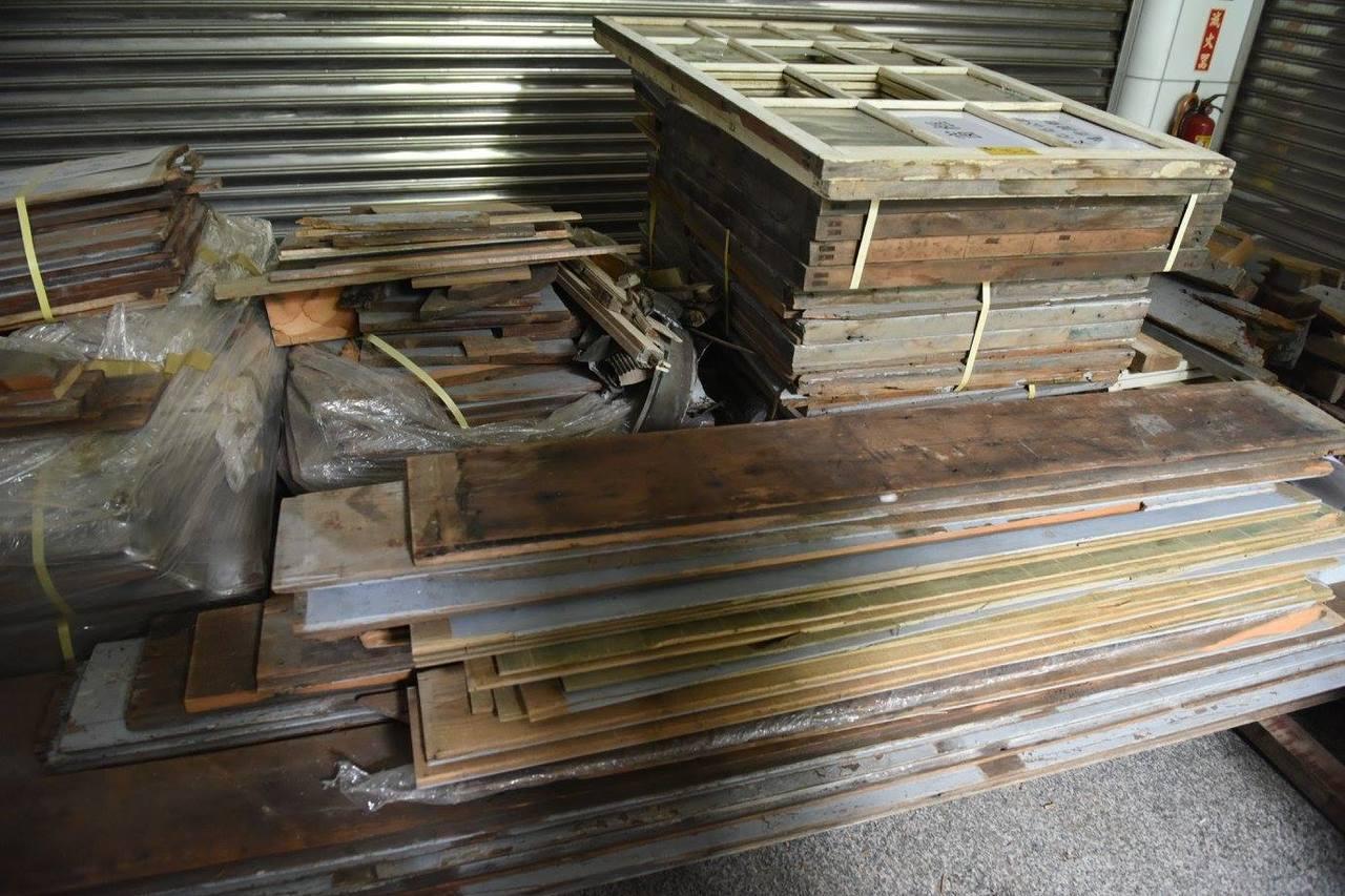 近日文資團體發現新北投火車站重建剩餘的原木料很多,都存放在北投區1處活動中心。圖...