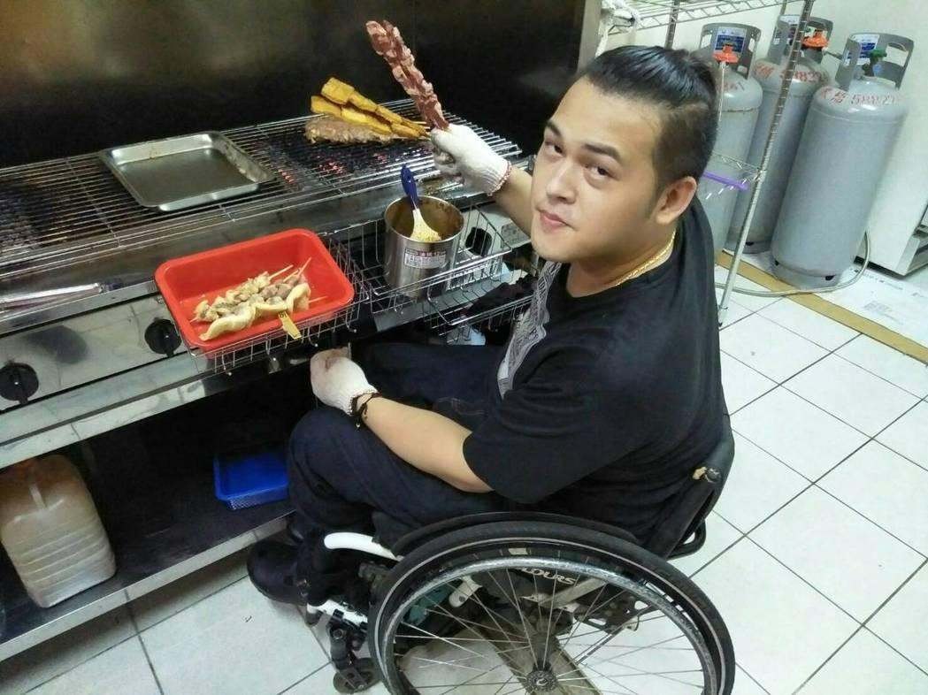 新竹縣25歲的彭萬成在國小時,被酒駕車撞擊造成半身癱瘓,上個月創業做燒烤店,要自...