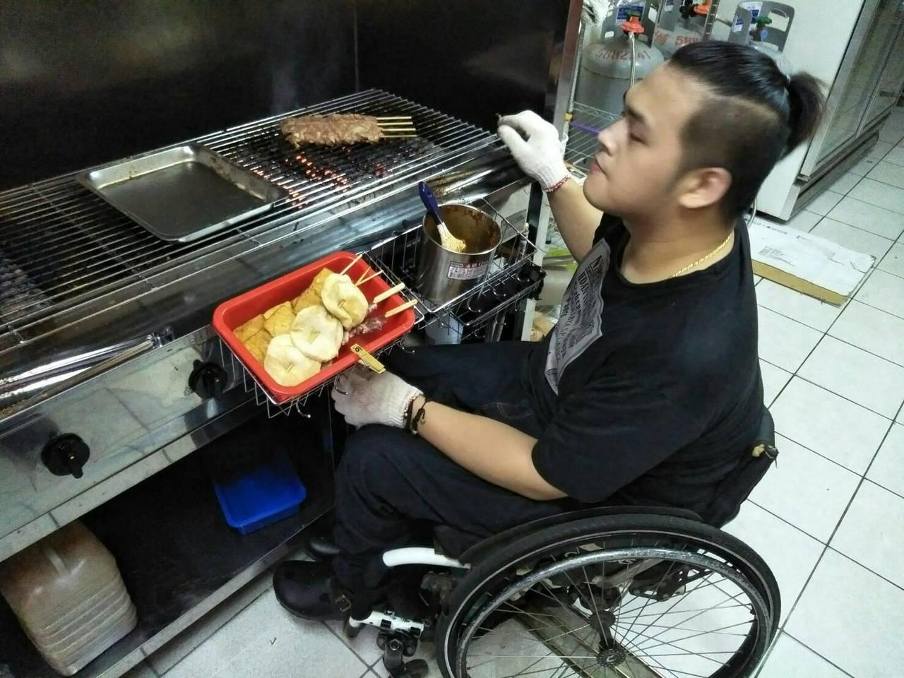 燒烤時,餘火噴出來,彭萬成雙手拿著燒烤,來不及讓輪椅退後,不時被燙到。記者郭政芬...