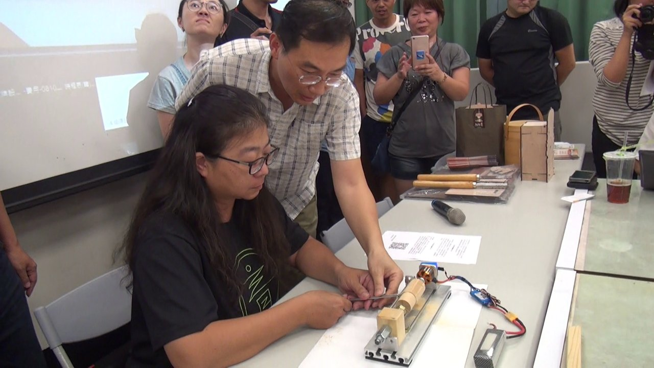 雲林科技大學微型通識課程正夯,由數位媒體設計系引進業界教師許智鈞(左二)以「原木...