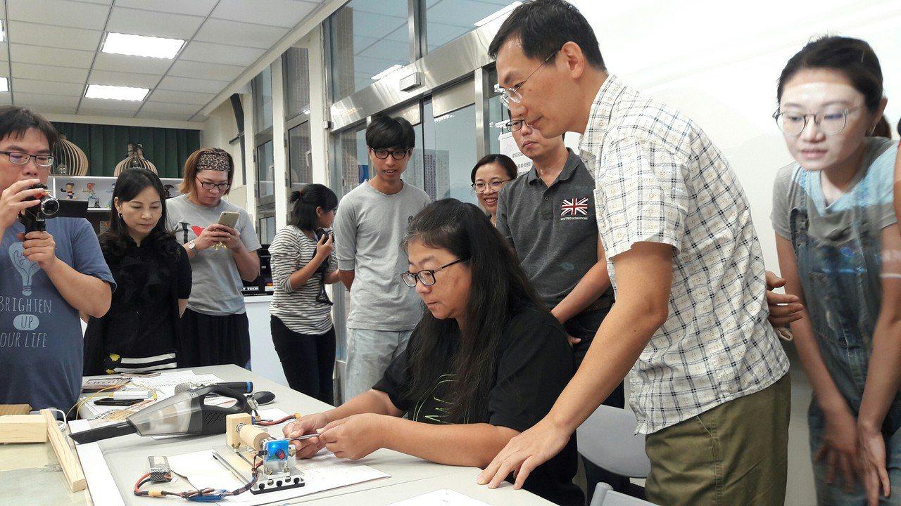 雲林科技大學微型通識課程正夯,由數位媒體設計系引進業界教師許智鈞(右二)以「原木...