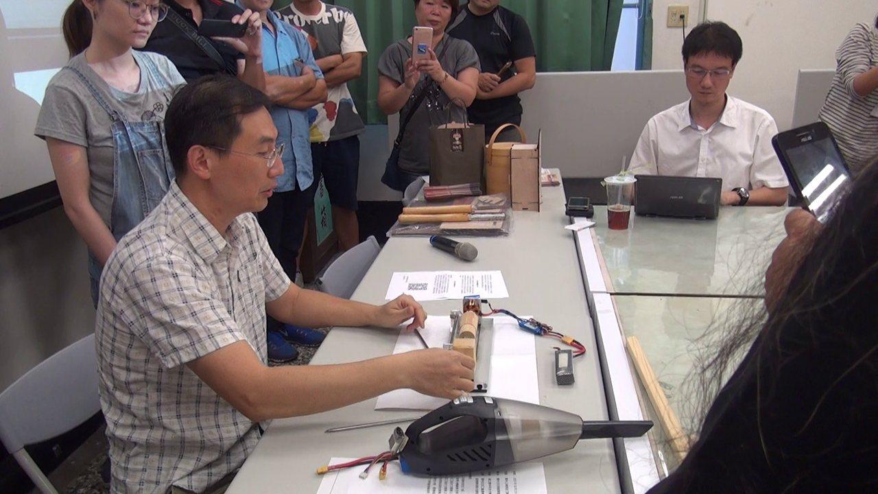 雲林科技大學微型通識課程正夯,由數位媒體設計系引進業界教師許智鈞(左一)以「原木...